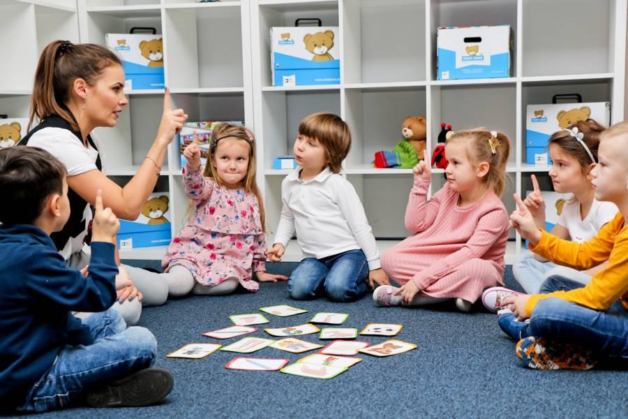 Grupa dzieci podczas nauki języka angielskiego