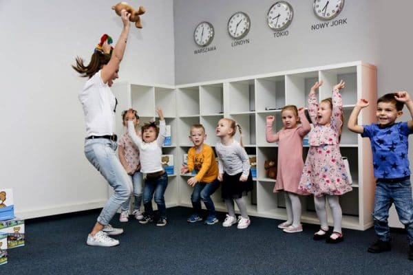Dzieci aktywnie uczestniczą w zajęciach nauki języka angielskiego